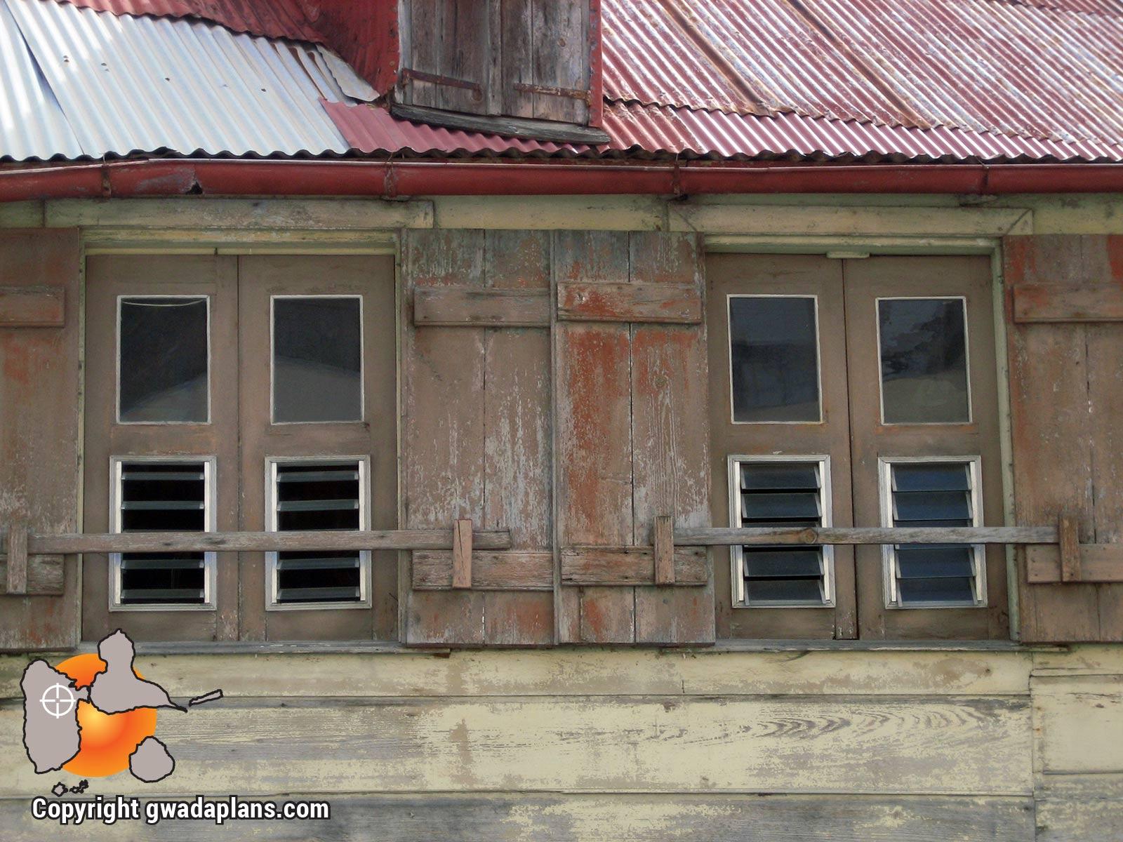 Ville de Basse-Terre : fenêtre d'architecture créole
