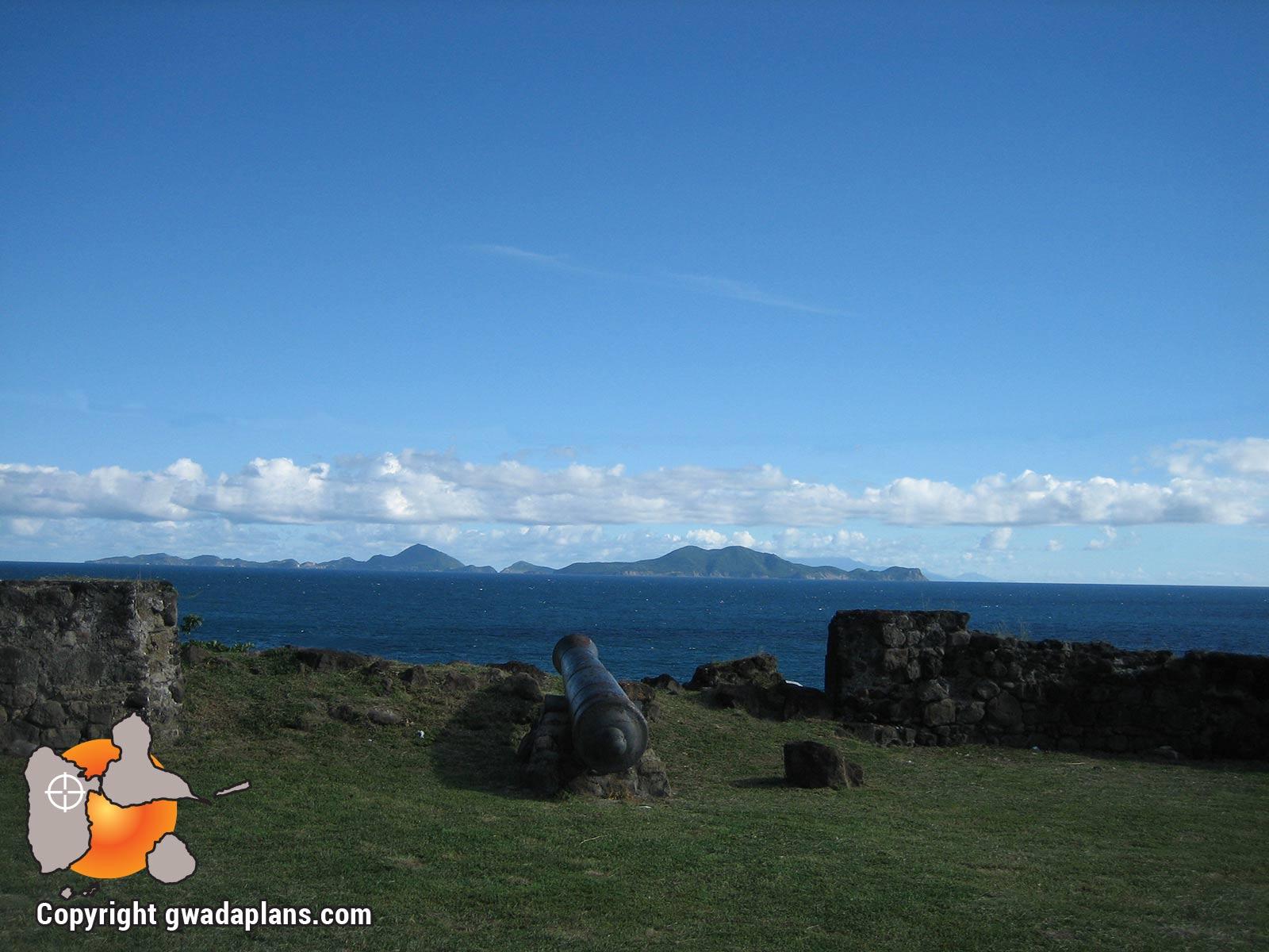Vieux-Fort - canons sur la mer et Les Saintes